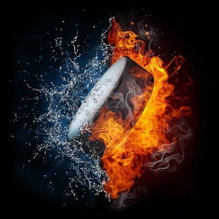 Photo pour Hockey Puck dans le feu et l'eau isolé sur fond noir - image libre de droit