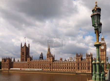Photo pour Le Big Ben et les Chambres du Parlement dans le centre de Londres, Royaume-Uni . - image libre de droit