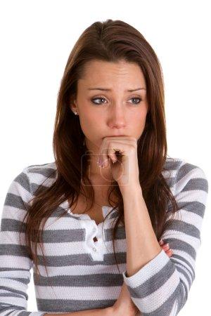 Photo pour Inquiète jeune femme tient son poing sur son visage et les rides sur son front dans l'inquiétude . - image libre de droit