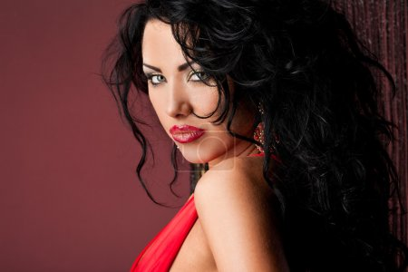 Photo pour Femme à la mode élégante en robe rouge - image libre de droit