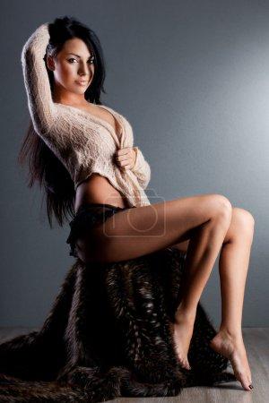 Photo pour Femme à la mode élégante aux cheveux longs - image libre de droit