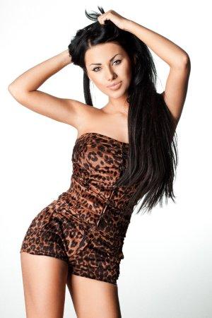 Photo pour Femme à la mode élégante en vêtements de tigrine - image libre de droit