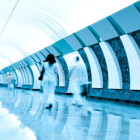 Photo pour Se déplacer à l'intérieur de la station de métro - image libre de droit