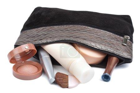 Photo pour Divers produits de beauté en sac isolé - image libre de droit
