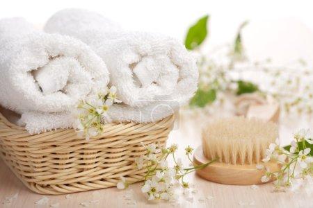 Photo pour Serviettes fleurs et brosse de massage - image libre de droit