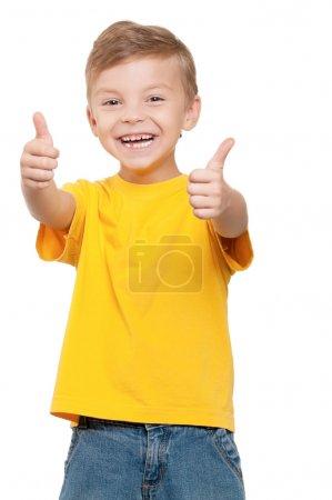 Foto de Retrato de un niño guapo que te da pulgares sobre fondo blanco. - Imagen libre de derechos