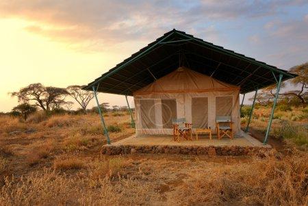 Photo pour Tente dans la savane le soir, camping près du parc national du Masai Mara, Kenya, Afrique - image libre de droit