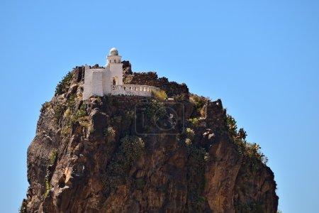 Photo pour Château d'assassin sur une falaise. Montagne Yémen, Haraz oriental, Al-Hutaib. Un sanctuaire important pour les disciples de la secte Ismaeli - image libre de droit