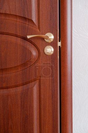 Photo pour La poignée de la porte. une porte en bois, poignées en laiton. - image libre de droit