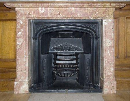Photo pour Ancienne cheminée dans la chambre château (décoré par un ornement sur fer et fixé par un marbre) 1700-1800 travail des maîtres italiens - image libre de droit
