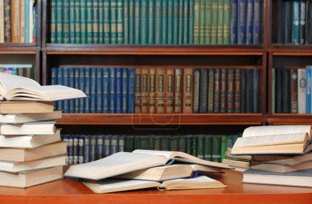 Photo pour Des livres. Manuels répartis dans un tableau avant examen - image libre de droit