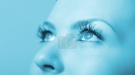 Photo pour Les yeux de la femme. Une tonalité bleue. Concentration sélective - image libre de droit