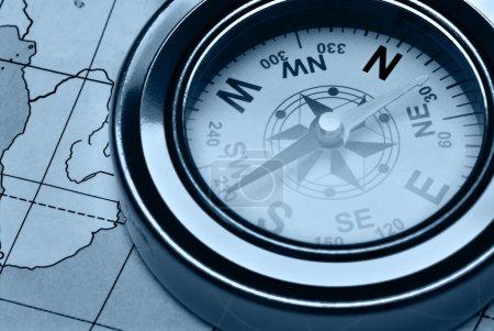 Photo pour Boussole et carte. Le dispositif pour l'instruction de la direction et la carte - image libre de droit