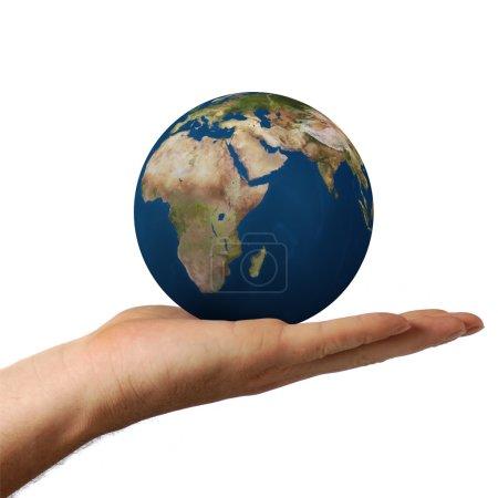 Photo pour Planète la terre entre les mains de l'homme. Concept de préservation de l'environnement - image libre de droit