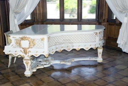 Photo pour Piano à queue antique blanc garni d'or (emploi des maîtres italiens 1700-1800 ) - image libre de droit