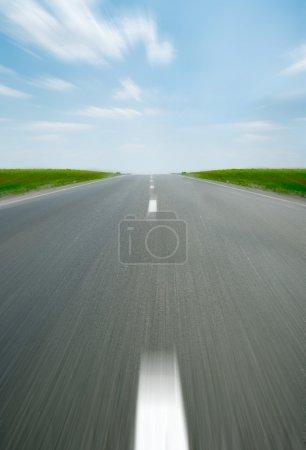 Photo pour Speed Road. Une autoroute de transport avec le ciel bleu. Une autoroute de transport au ciel bleu - image libre de droit