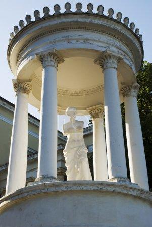 Photo pour Statue de Vénus dans une maison d'été. Travail des maîtres italiens - image libre de droit