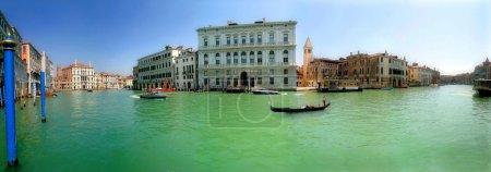 Foto de Panorama del famoso Gran Canal y edificios históricos en Venecia, Italia . - Imagen libre de derechos