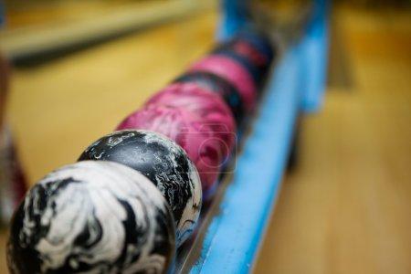 Photo pour Une image détaillée de près d'un ensemble de boules de bowling à 5 broches. Une faible profondeur de champ est utilisée en mettant l'accent sur la deuxième balle . - image libre de droit