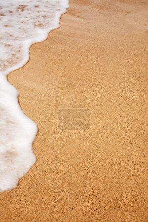 Photo pour Mousse blanche sur une plage - texture de fond - image libre de droit