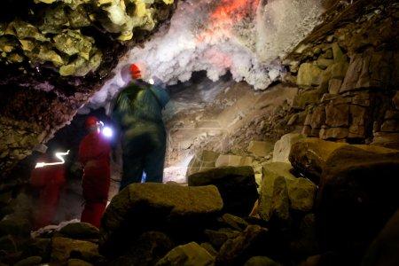 Photo pour Une grotte de glace sombre et mystérieuse - Une grotte glaciaire - image libre de droit