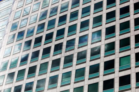 Photo pour Une grille de fenêtres d'un immeuble de bureaux - image libre de droit