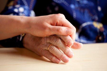 Foto de Un joven comodidades y ancianos la mano - Imagen libre de derechos