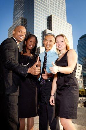 Photo pour Une équipe de l'entreprise en donnant un coup de pouce vers le haut - image libre de droit