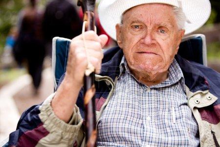 Photo pour Un vieil homme en colère, le poing levé et le visage malheureux - image libre de droit