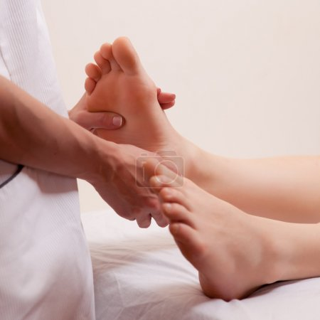 Photo pour Un détail gros plan d'un masseur, donner un massage des pieds - image libre de droit