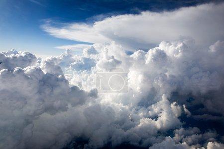 Photo pour Un fond de paysage nuageux dramatique avec des cumulus - image libre de droit