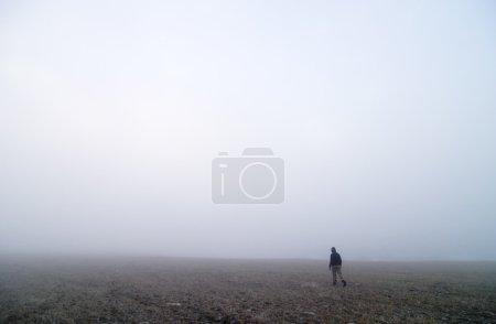 Photo pour Promenade dans le brouillard - image libre de droit