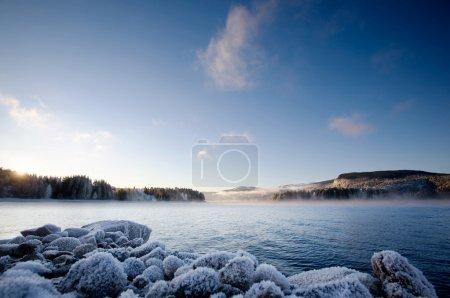 Photo pour Un paysage d'hiver sur un fjord norvégien - image libre de droit