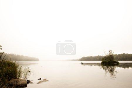 Photo pour Un lac calme et tranquille avec brouillard - image libre de droit