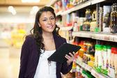 Mujer de compras con tableta digital