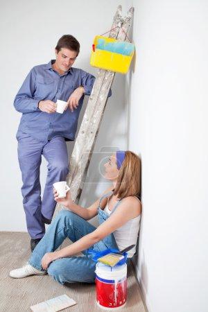 Photo pour Homme et femme ayant une tasse de café à leur nouvel appartement - image libre de droit