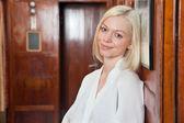 Portrét krásné usměvavá mladá blondýna
