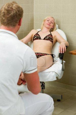 Photo pour Une femme de race blanche recevant un massage des pieds et pédicure dans un spa - image libre de droit