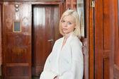Portrét atraktivní mladá blondýna