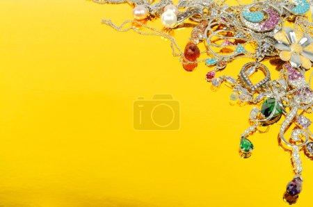 Photo pour Bijoux d'or blanc, isolé sur fond d'or - image libre de droit