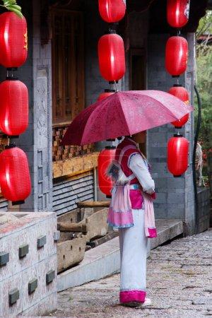 Photo pour Une femme dans une ancienne ville chinoise - lijiang du Yunnan - image libre de droit