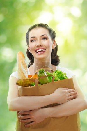 Photo pour Fille tenant un sac de nourriture - image libre de droit