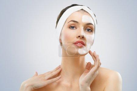 Photo pour Beauté femmes obtenir masque facial - image libre de droit