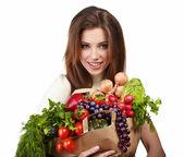 Frau eine Tasche voll von gesunden Lebensmitteln. Einkaufen