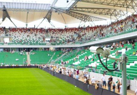Photo pour Caméra de sécurité sur le stade - image libre de droit