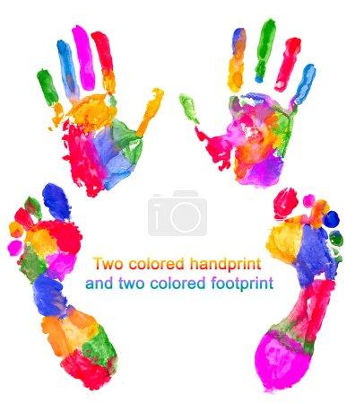 Photo pour Deux empreintes de main colorées et deux empreintes de pas colorées - image libre de droit
