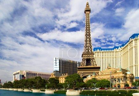 вид копия Эйфелевой башни и классический французский архитектор