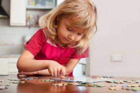 Photo pour Enfant, jeux de puzzles à la maison - image libre de droit