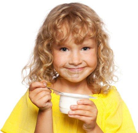 Photo pour Petit enfant mangeant du yaourt - image libre de droit