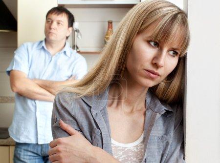 Photo pour Conflit entre homme et femme à la maison - image libre de droit